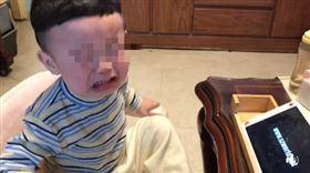 沉迷平板!老媽祭「恐怖絕招」兒子秒嚇哭 意外掀網論戰(圖/翻攝自爆廢公社臉書)