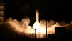 美宣布成功測試極音速武器美國國防部20日宣布,已成功試射一款未搭載武器的極音速飛彈原型,極音速滑翔載具以音速5倍以上速度到落在指定彈著點。圖為19日美國陸軍與海軍在夏威夷考艾島進行聯合試射的畫面。(取自美國國防部網站)中央社 109年3月21日