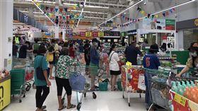 泰國超市出現排隊人潮泰國連續2天新增大量武漢肺炎確診病例,連鎖超市出現排隊人潮,民眾搶購民生用品。中央社記者呂欣憓曼谷攝 109年3月16日