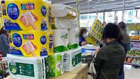 網友隨手拍發現有大媽推推車買衛生紙,發文引發熱議。(圖/翻攝自《爆怨公社》)