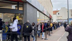 全國陷入假消息恐慌 超市出現排隊人潮自昨天晚間開始便有謠言表示法國將實施全面封鎖、宵禁、軍隊派駐,因此今天許多民眾湧入超市採購。為避免人潮擁擠增加傳染機會,超市大多採分流進入。中央社記者曾婷瑄巴黎攝 109年3月17日