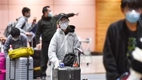 留學生回國 全身防護自保受到武漢肺炎疫情影響,桃園國際機場22日不少旅客返台,有回台留學生為自保,除戴護目鏡與口罩外,還穿上全身防護衣和手套。中央社記者林俊耀攝  109年3月22日