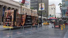 疫情衝擊加州觀光業武漢肺炎疫情擴大,美國洛杉磯的觀光景點好萊塢星光大道顯得冷清,導覽巴士沒人坐,看板上的電影「花木蘭」延後上映。中央社記者林宏翰洛杉磯攝 109年3月22日