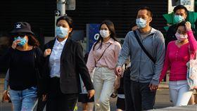 疫情嚴峻 民眾戴口罩上街武漢肺炎(2019冠狀病毒疾病,COVID-19)疫情持續升溫,台灣至22日已累計169例確診個案,全民防疫意識提高,台北街頭可見許多民眾戴著口罩出門。中央社記者王騰毅攝 109年3月22日