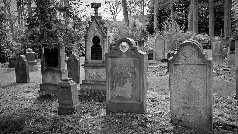 流行歌手往生下葬 數百歌迷瘋搶屍體