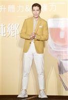 蕭敬騰喝雞精保持身體最佳狀況,提前過生日。(記者邱榮吉/攝影)