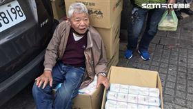 刈包吉在龍山寺發放衛生紙 記者李依璇攝影
