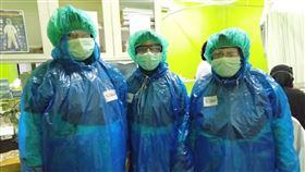 印尼西爪哇護士用雨衣當防護衣印尼西爪哇省勿加西市某間醫院收治3名疑似武漢肺炎患者,但醫院缺乏防護裝備,護士只好穿輕便雨衣充當防護衣。(印尼醫院人員提供)中央社記者石秀娟傳真 109年3月24日