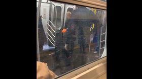 紐約地鐵,有乘客突然大力喘氣,倒地不起,引起民眾恐慌。(圖/翻攝自推特)