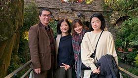 新加坡亞洲影藝創意大獎 林錫輝任親善大使台灣電視劇製作產業聯合總會會長林錫輝(左1)獲新加坡亞洲影藝創意大獎任命擔任台灣影視親善大使。圖為林錫輝和太太(左2)及2位女兒合影。(林錫輝提供)中央社記者黃自強新加坡傳真 109年3月24日