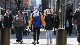 紐約疫情蔓延  街上戴口罩民眾比例提升2019年冠狀病毒疾病(COVID-19)疫情蔓延,紐約州政府要求業者讓多數員工在家工作,曼哈頓第五大道行人明顯減少,戴口罩防疫的民眾比例提升。中央社記者尹俊傑紐約攝  109年3月20日