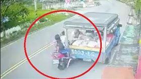 少女騎車划手機飛撞路邊貨車 無辜老伯重摔腦震盪重傷(圖/翻攝畫面)