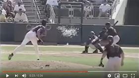 ▲2001年「巨怪」蘭迪強森(Randy Johnson)投球擊中小鳥(圖/翻攝自YouTube)