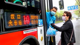 武漢疫情降為中風險 大眾交通逐步恢復(1)湖北省25日更新縣市疫情風險等級評估,將疫情最嚴重的武漢市降為中風險,這也代表中國疫情高風險縣市歸零。圖為武漢多線公車25日復駛,乘客須用手機掃碼實名登記上車。(中新社提供)中央社 109年3月25日