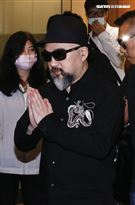 辛龍雙手合十離開龍巖會館 圖/記者林聖凱攝影
