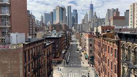 紐約州政府要求民眾待在家 曼哈頓街道冷清為遏阻新型冠狀病毒蔓延,紐約州政府要求非民生必需企業全體員工在家工作,並加強規範民眾外出。圖為美東時間22日曼哈頓下東區街道冷清景象。中央社記者尹俊傑紐約攝  109年3月24日
