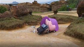 野柳地質公園內竟然出現帳篷族的怪象(圖/翻攝畫面)