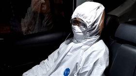 台北市居家檢疫失聯者「陳冊」被抓到了全身包緊緊。(圖/翻攝畫面)