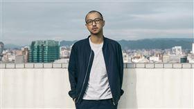相隔2年!創作歌手賴慈泓首發單曲《市中心》包辦詞曲 宣告回歸歌壇 (新聞提供:混血兒娛樂)