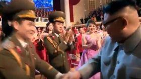 ▲朝鮮北韓最高領導人金正恩轉頭看美女演員兩次。(圖/截自朝鮮中央電視台)
