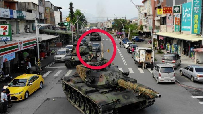 軍方戰車隊…竟遭小客車插隊!網友驚呼:台灣駕駛就是狂