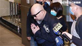 劉真靈堂第二天,辛龍離開會館。圖/記者林聖凱攝影