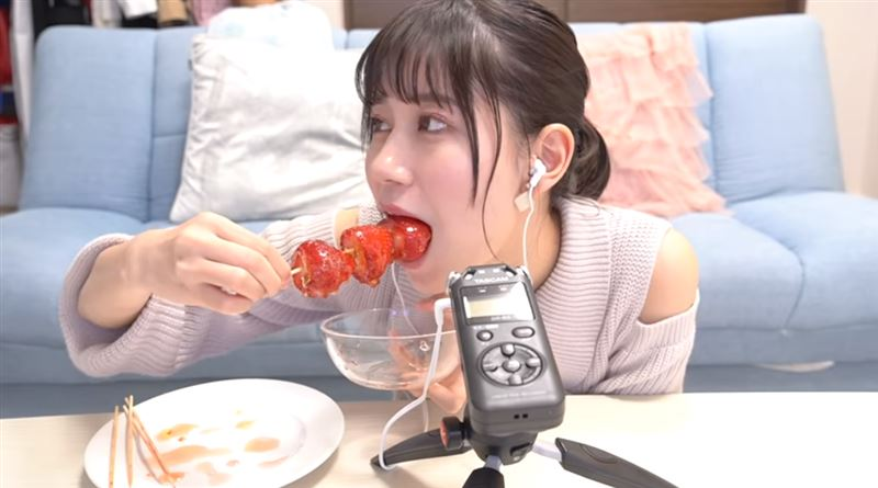 日正妹實作糖葫蘆 「超萌吃法」融化網:妹子比草莓甜!