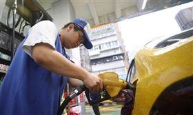 國際原油續居低檔,油價有望再調降,根據中油油價公式,預估下週汽、柴油每公升分別調降新台幣0.7及0.8元,95無鉛跌破2字頭。(中央社檔案照片)