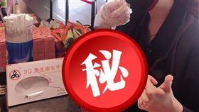 ▲影城業者推出「手扒餐」用手套來食用餐點。(圖/業者提供)