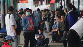 雅加達通勤列車人數大減雅加達及周邊地區人口密集,通勤列車是主要通勤工具,平日擁擠不堪。但因雅加達已進入緊急狀況,上班人潮減少許多,27日清晨的曼加拉車站仍有相當多乘客。中央社記者石秀娟雅加達攝  109年3月27日
