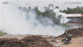 北韓式防疫?市場太擠肯亞警「發射催淚彈」:乖乖待在家(圖/AP授權)
