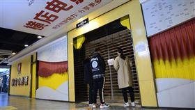 中國各地各行業陸續復工之際,國家電影局27日晚間突然通知,要求復業的電影院立即暫停營業。圖為1月時中國受武漢肺炎影響關閉的電影院。(圖/中央社/中新社提供)