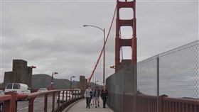 疫情緊張  金門大橋人車稀金門大橋串連舊金山南北交通,橋的兩側有人行步道,以往散步與觀光人潮熱絡,在全加州居家防疫的措施下,車流與行人都減少。中央社記者周世惠舊金山攝 109年3月24日