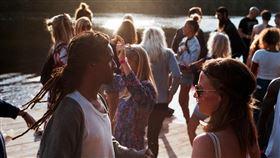 16:9 人群 派對 party 聯誼 圖/翻攝自pixabay https://pixabay.com/images/id-2589091/