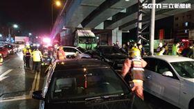 新北市發生大貨車追撞前方9部轎車事故。(圖/翻攝畫面)
