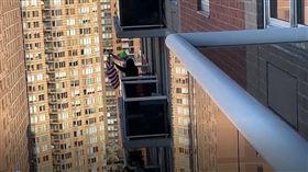 紐約悶壞了!曼哈頓關閉80個籃球場 居民串連陽台開趴
