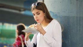 女生吃東西示意圖 翻攝自Pixabay