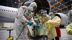 第3批武漢包機返台,化學兵進行消毒作業(圖/軍聞社提供)