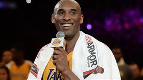 柯比退休時披著它 富豪出百萬買下 NBA,洛杉磯湖人,Kobe Bryant,退休,毛巾,拍賣 翻攝自推特