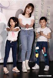 歌手王宥忻和寶貝兒女一起做公益。(圖/記者林聖凱攝影)