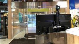 為因應武漢肺炎(COVID-19、新冠肺炎)疫情,國道各服務區109年4月1日起將全面提升防疫措施,除將公廁洗手台更換為感應式水龍頭,並調整出水量以提供用路人正確洗手服務外,亦配置紅外線熱像儀及額溫槍;此外,也會針對進入服務大廳民眾全面量測體溫,確保公共場站安全。(圖/高公局提供)