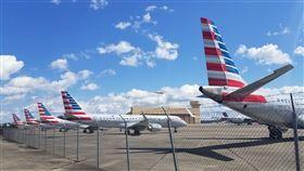 30多航空公司停飛!機場「爆機」景象曝…飛機整齊排排站 圖/翻攝自@MChryst推特