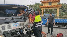 搬家公司車輛追撞迴轉貨車 駕駛受困