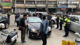 北市警方前往桃園龍潭區的超商門口逮獲陳姓搶匪。(圖/翻攝畫面)