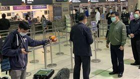 林佳龍今天視察板橋車站防疫工作。(圖/記者陳宜加攝影)