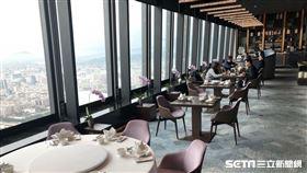 微風百貨高空餐廳採取跳桌帶位等措施避免感染機率增加。