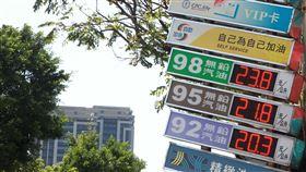 油價降價、加油站、加油、油價、台灣中油(圖/記者邱榮吉攝)