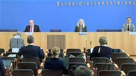 德國政府記者會網路直播自從社交距離規定實施以來,德國政府的記者會即改在網路上直播,記者即使到了現場也盡量隔開坐。中央社記者林育立柏林攝  109年4月1日