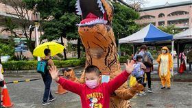 恐龍裝,汐止國小,志工,兒童節。(圖/周先生提供)