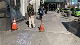 紐約超市外劃線  提醒排隊民眾保持距離紐約市布魯克林區喬氏連鎖超市配合防疫規定,在店外地面上劃線,提醒排隊民眾保持適當距離。中央社記者尹俊傑紐約攝  109年4月1日